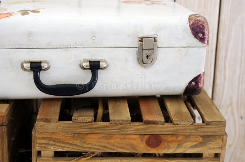 Valigia di bianco dell'annata fotografia stock libera da diritti