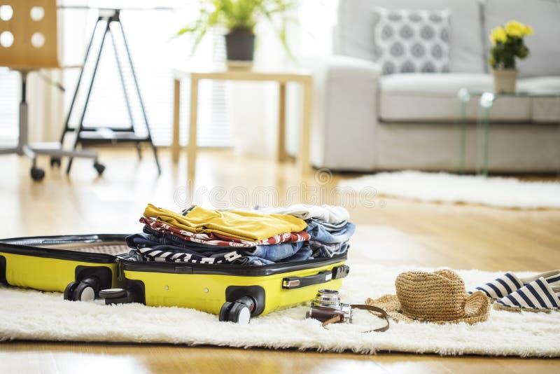Valigia di viaggio della preparazione a casa immagini stock
