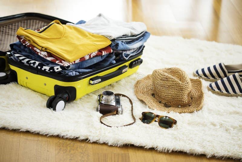 Valigia di viaggio della preparazione a casa fotografia stock libera da diritti