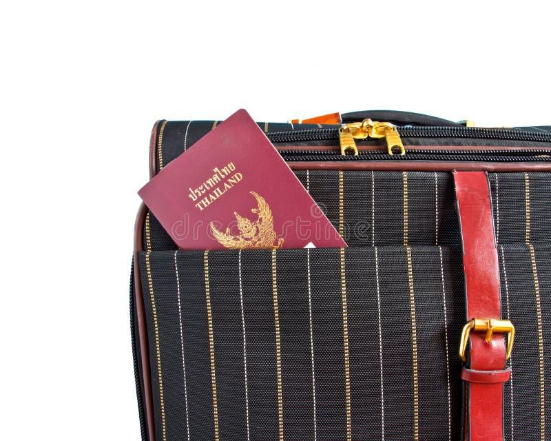 Valigia e passaporto tailandese immagine stock