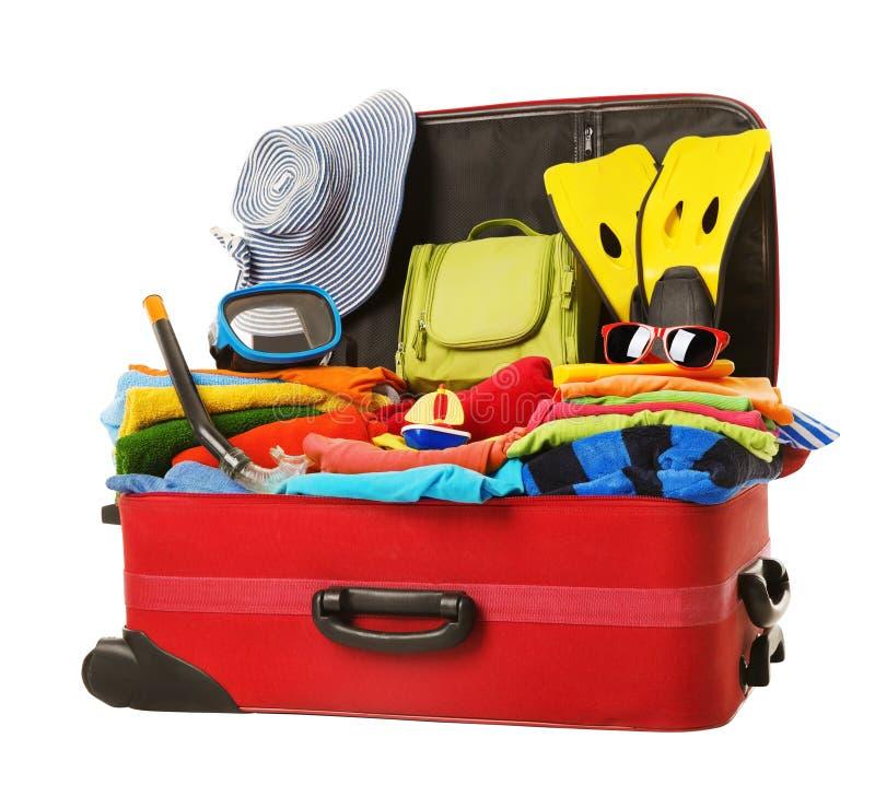 Valigia imballata alla vacanza, bagagli rossi aperti in pieno dei vestiti fotografie stock libere da diritti