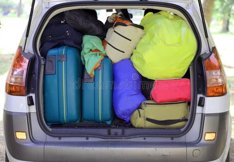 Valigie e bagagli nell'automobile fotografia stock libera da diritti