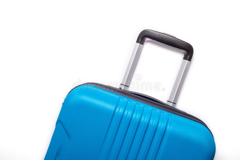 Valise bleue des vacances d'été créatives de fond blanc, vacances, concept de voyage photographie stock libre de droits
