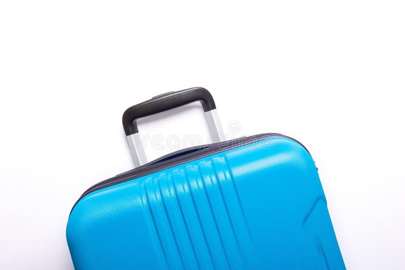 Valise bleue des vacances d'?t? cr?atives de fond blanc, vacances, concept de voyage photographie stock