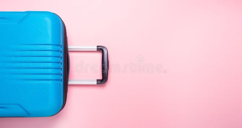 Valise bleue des vacances d'?t? cr?atives roses en pastel de fond, vacances, banni?re de concept de voyage images libres de droits