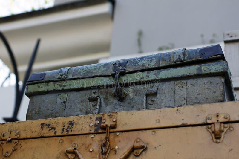 Valise décorative métallique pour le jardin ou la maison images libres de droits