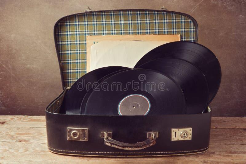 Valise de vintage avec de vieux disques de musique photo libre de droits