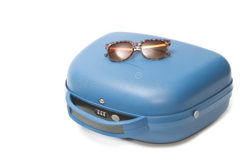 Valise de voyage d'été avec des lunettes de soleil photographie stock libre de droits