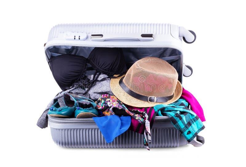 Valise emballée aux vacances, bagage rouge ouvert complètement de vêtements, bagages d'articles de voyage de famille, concept de  images libres de droits