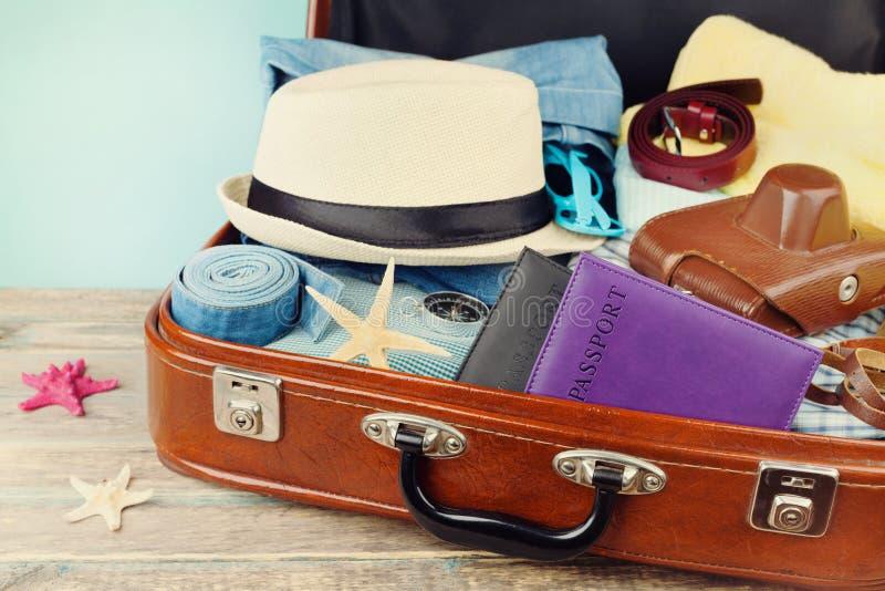 Valise emballée de vintage pour des vacances d'été, des vacances, le voyage et le voyage photographie stock