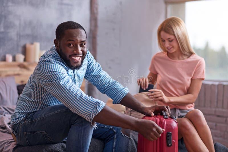 Valises amusées d'emballage de couples pour des vacances photo libre de droits