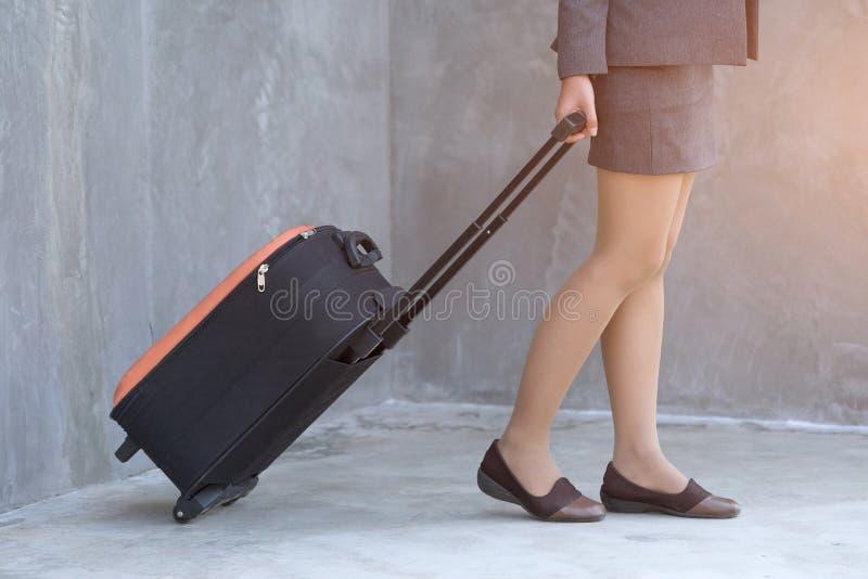 Valises de déplacement de promenade de femme d'affaires, concept de voyage image stock