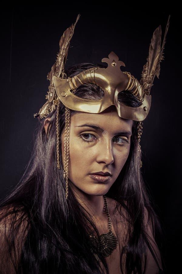 Valkyrie, concept d'or de statue. Portrait de style bohème de modèle avec le gol photographie stock