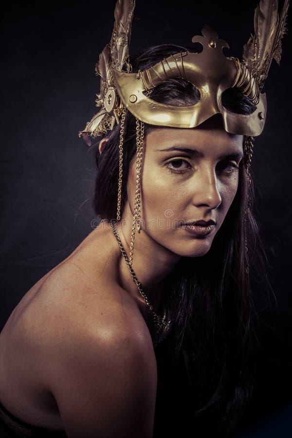 Valkyrie, concepto de oro de la estatua. Retrato de los Arty del modelo con gol fotografía de archivo libre de regalías