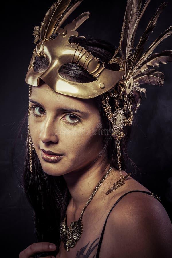Valkyrie, concepto de oro de la estatua. Retrato de los Arty del modelo con gol fotos de archivo