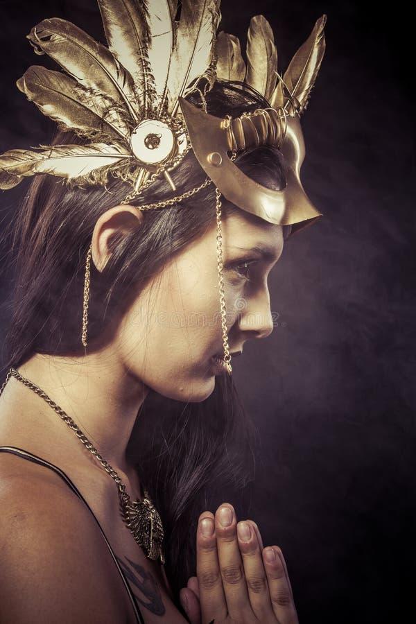 Valkyrie, Gouden standbeeldconcept. Arty portret van model met gol royalty-vrije stock foto's