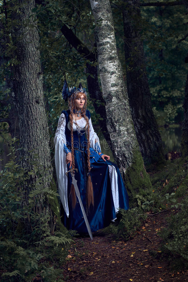 Valkyrie warrioress στο κοστούμι κισσών στοκ φωτογραφίες