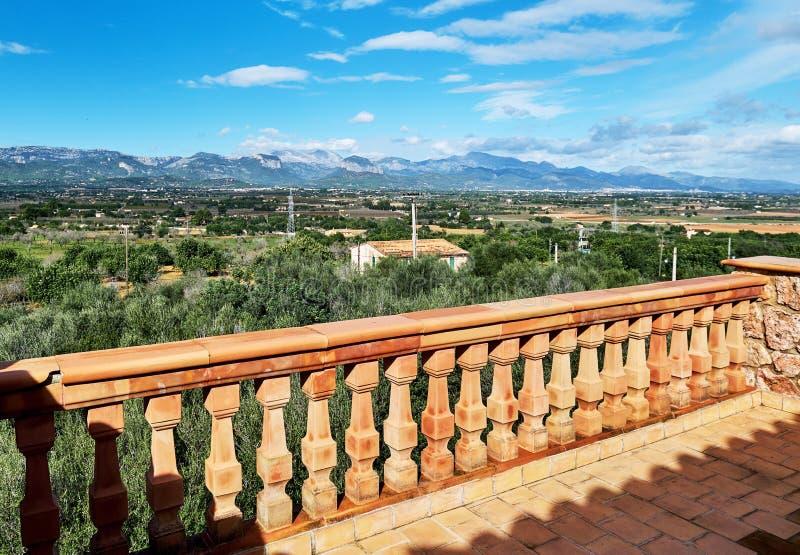 Vallée avec la chaîne de montagne et campagne environnante, vue de balcon avec la barrière de balustrade photographie stock libre de droits