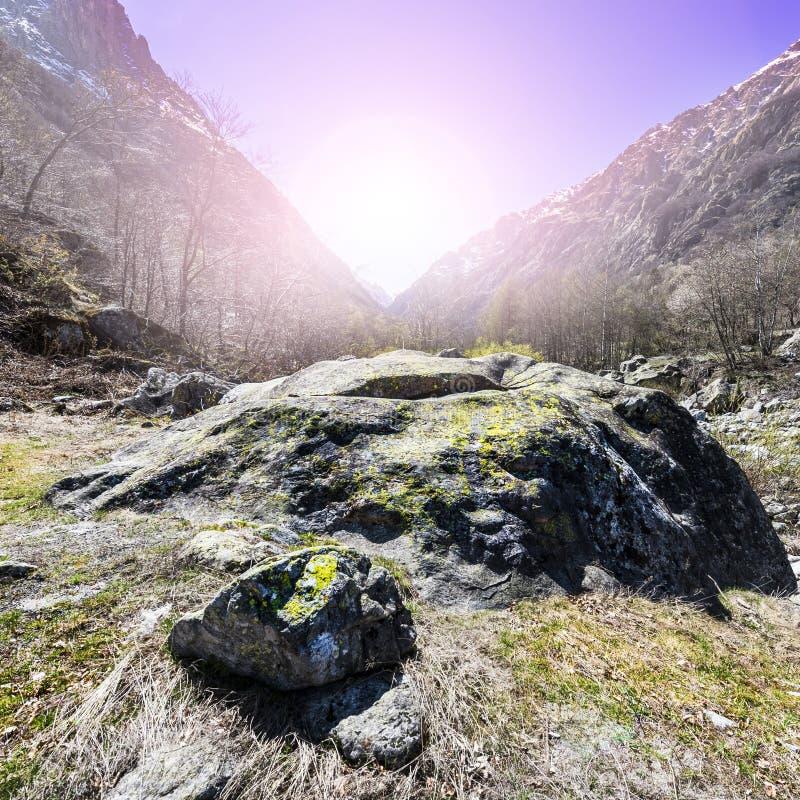Vallée avec la rivière au lever de soleil photo stock