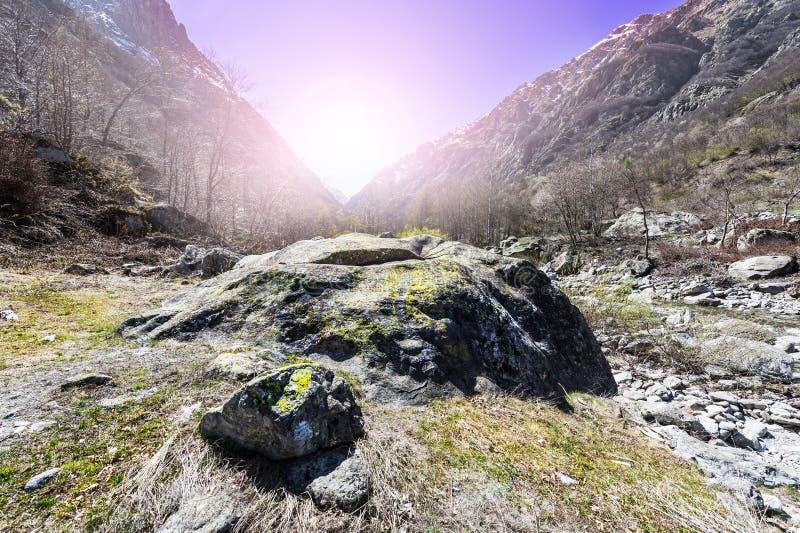 Vallée avec la rivière au lever de soleil image libre de droits