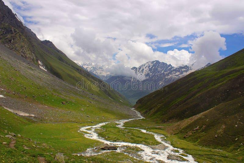 Vallée avec le contexte de rivière et de montagne Himachal Pradesh image libre de droits