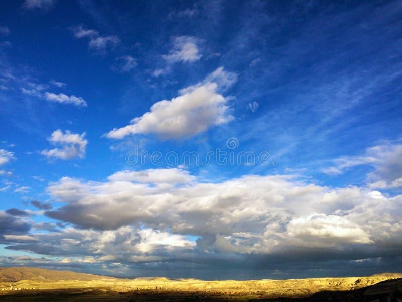Vallée avec un ciel bleu images libres de droits