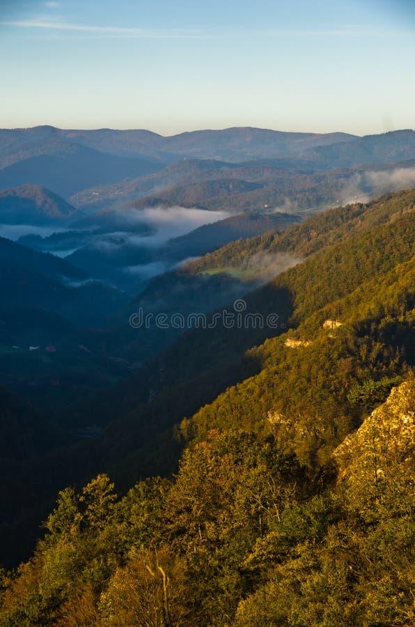 Vallée brumeuse au lever de soleil d'automne, montagne de Cemerno images libres de droits