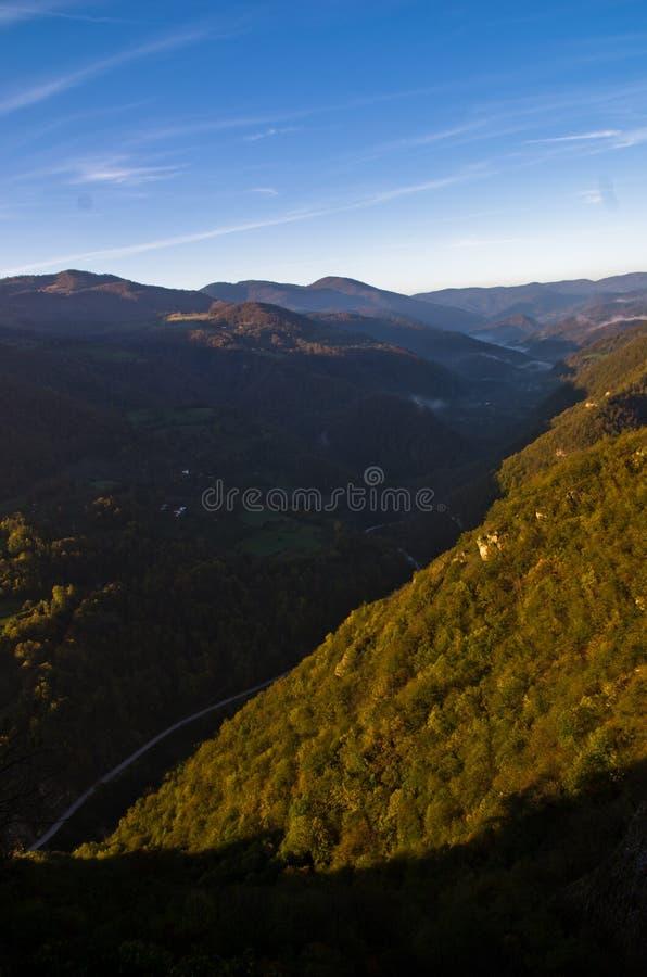 Vallée brumeuse au lever de soleil d'automne, montagne de Cemerno photo libre de droits