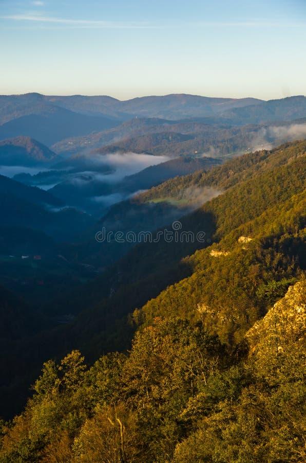Vallée brumeuse au lever de soleil d'automne, montagne de Cemerno photographie stock