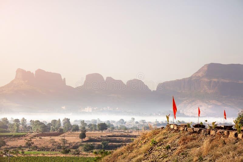 Vallée brumeuse de montagne dans l'Inde photographie stock