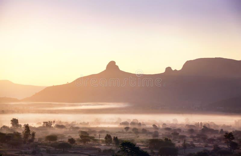 Vallée brumeuse de montagne dans l'Inde photo libre de droits