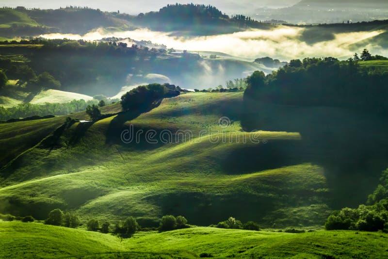 Vallée brumeuse en Toscane au lever de soleil images stock