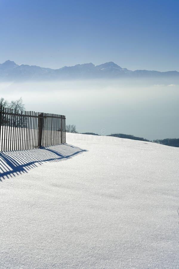 Vallée brumeuse vue du pelerin de Mont image libre de droits