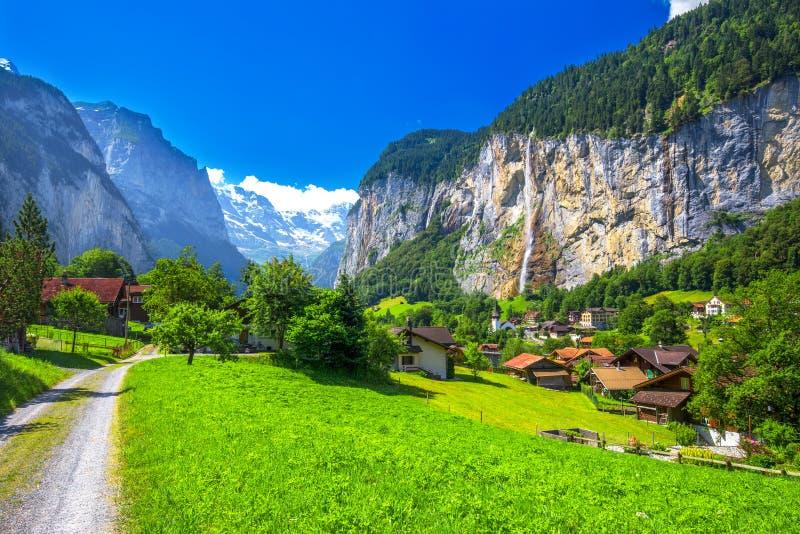 Vallée célèbre de Lauterbrunnen avec les Alpes magnifiques de cascade et de Suisse photos stock
