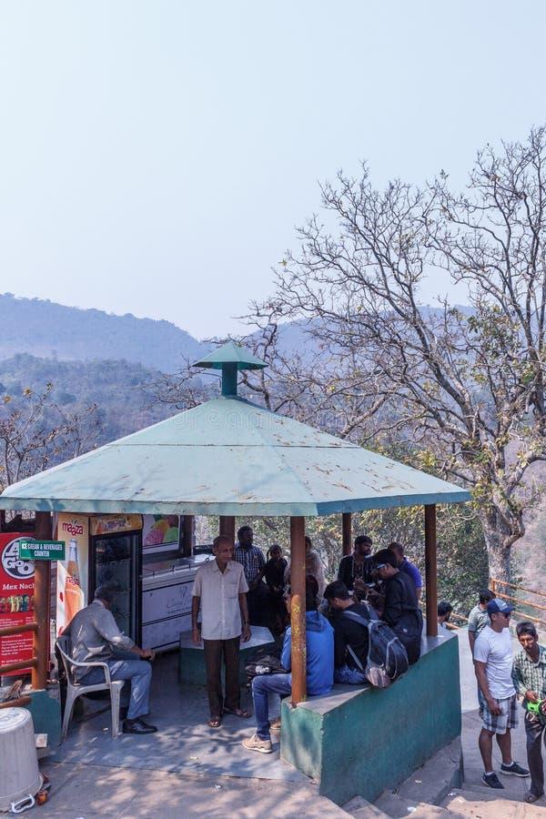 Vallée d'Araku, Visakhapatnam Andhra Pradesh, Inde, le 4 mars 2017 : Détente vue par gens sous une hutte à la caverne de borra photos libres de droits