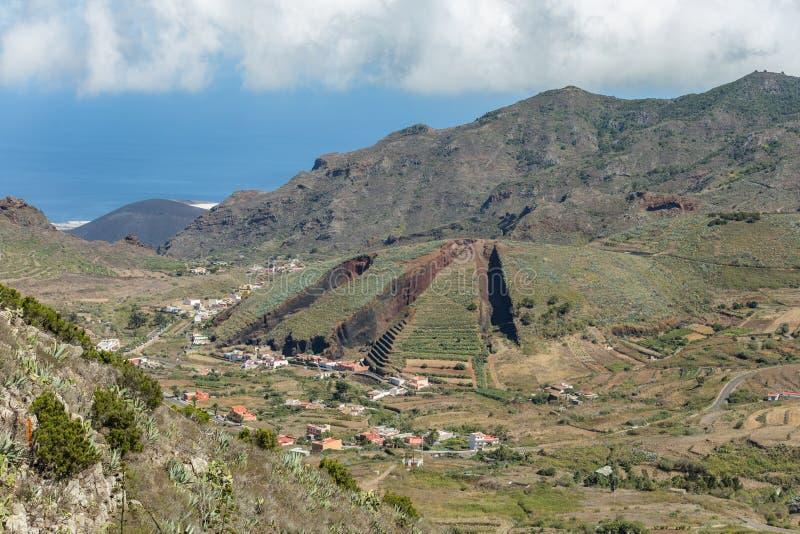 Vallée d'EL palmaire dans les montagnes de Teno avec les pentes vertes Au centre - colline volcanique comme un tarte coupé en tra images libres de droits