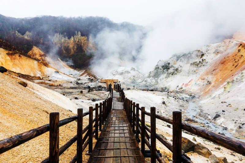 Vallée d'enfer de Jigokudani avec la traînée de marche, Noboribetsu photos libres de droits