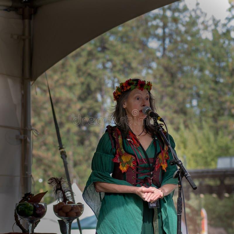 Vallée d'herbe, la Californie, Etats-Unis - 29 octobre 2018 : Présentateur pour le spectacle de magie le festival celtique de KVM images libres de droits