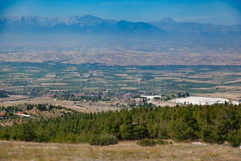 Vallée de champ et de montagne en Turquie, journée images stock