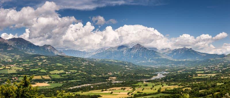 Vallée de Champsaur et rivière de Drac avec des nuages, Alpes français image libre de droits
