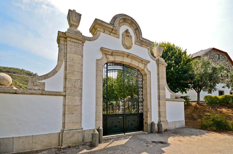 Vallée de Douro : Arcade historique devant un vignoble près de Pinhao, Portugal photos libres de droits