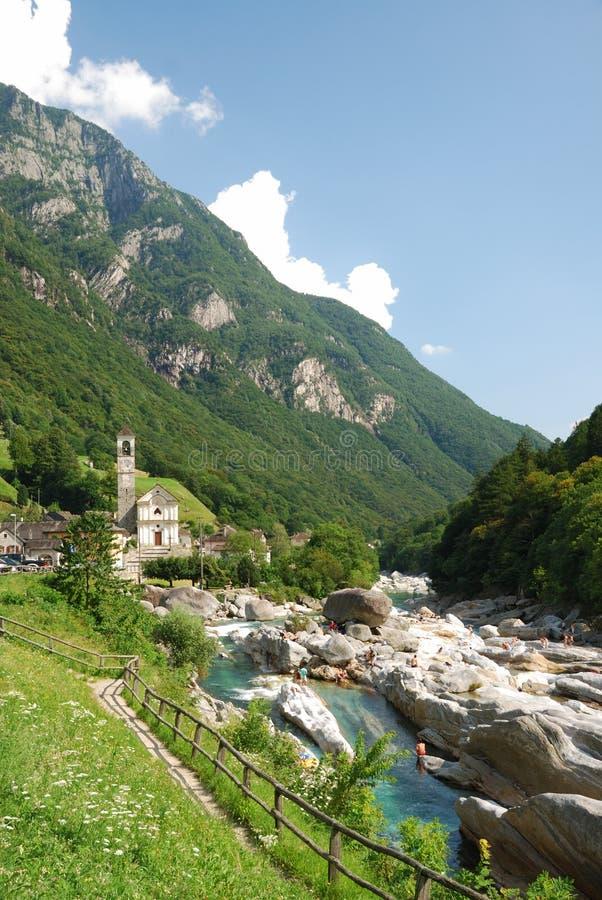 Vallée de la rivière de montagne dans les Alpes suisses images libres de droits