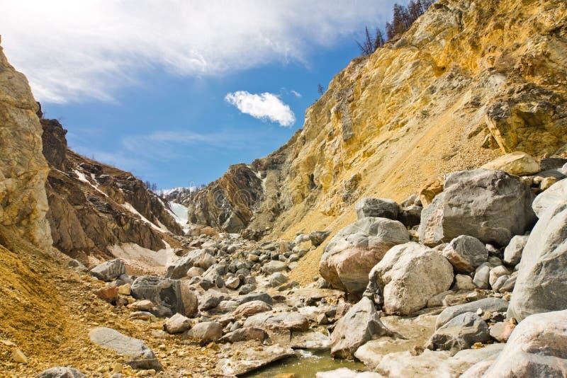 Vallée de montagne avec des roches et rivière débordante dans les montagnes de Sayan orientales images stock