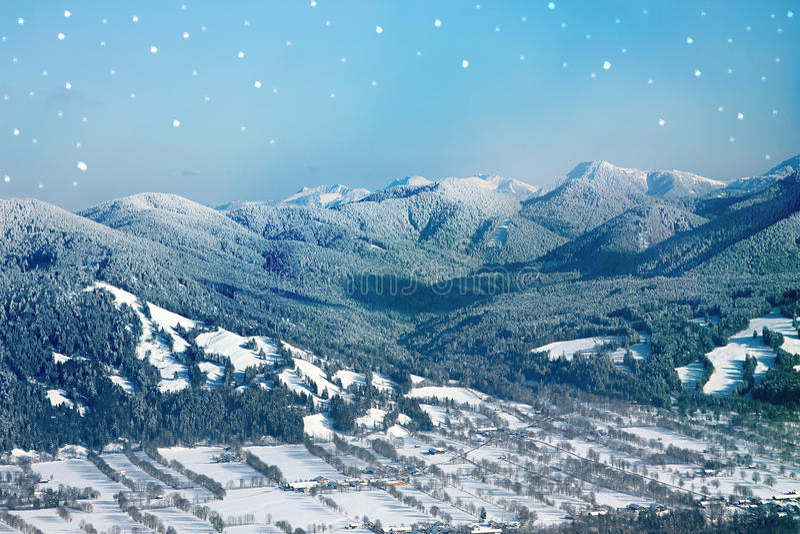 Vallée de montagne avec la neige de poudre couverte, fond d'hiver avec images libres de droits