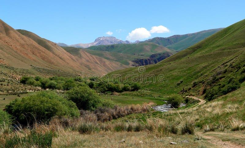 Vallée de montagne en le Kyrgyzstan photo stock