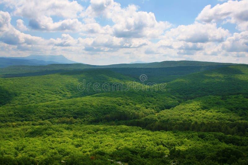 Vallée de montagne et ciel nuageux photos stock
