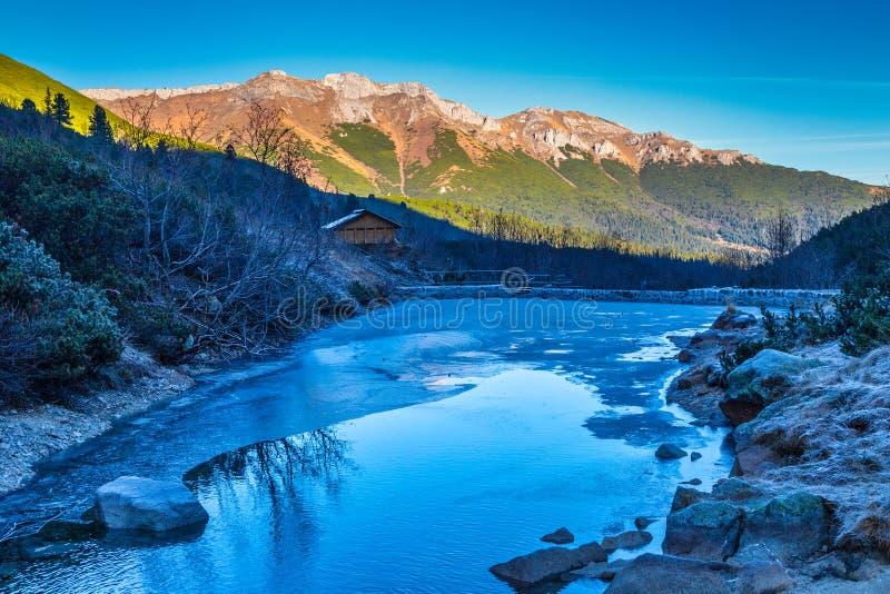 Vallée de montagne gelée à la fin de l'automne photo stock