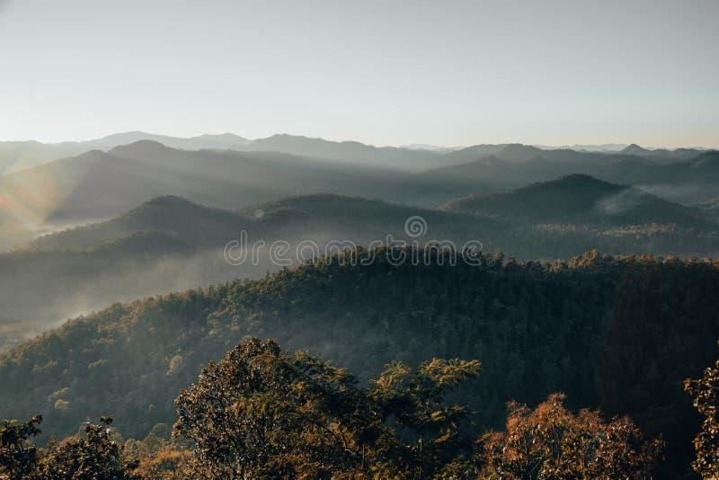 Vallée de montagne pendant le lever de soleil aménagez l'été normal photographie stock