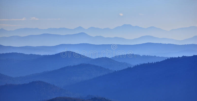 Vallée de montagnes images stock