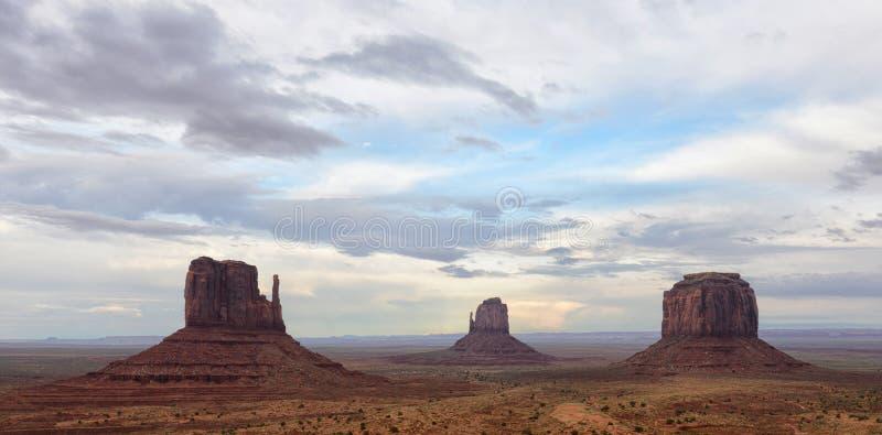 Vallée de monument avec des nuages image stock